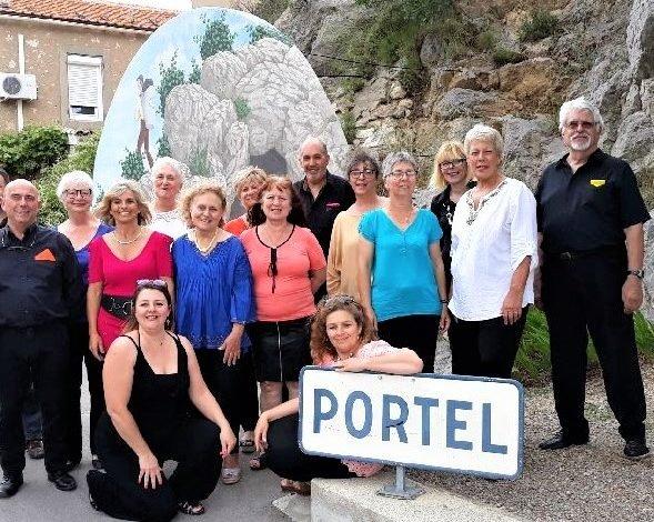 photo  2 de groupe devant panneau PORTEL